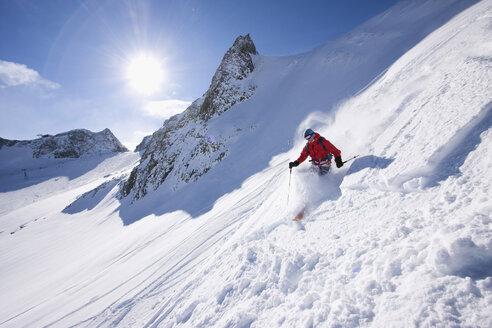Austria, Tyrol, Stubai valley, man skiing - FFF00884