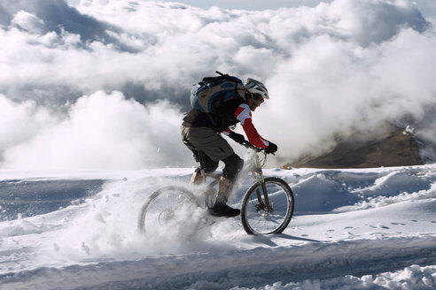 Spain, Sierra Nevada, mountainbiking across snow - FFF00880