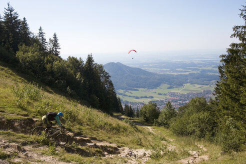 Germany, Bavaria, Kampenwand, Aschau, mountainbiker on the way - FFF00870