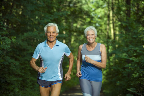 Senior couple jogging, portrait - WESTF07164