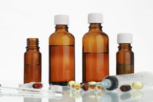 Medicine bottles, tablets, close up - RDF00311