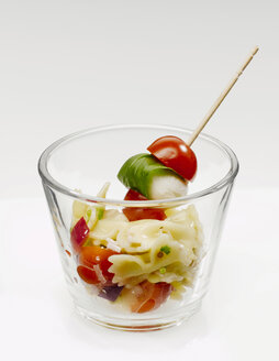 Noodle salad with mozzarella and tomatoes - KMF01229