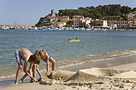 Italy, Elba, Marina di Campo, children (10-12) playing on the beach - WDF00008