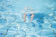 Woman swimming in pool - GWF00647