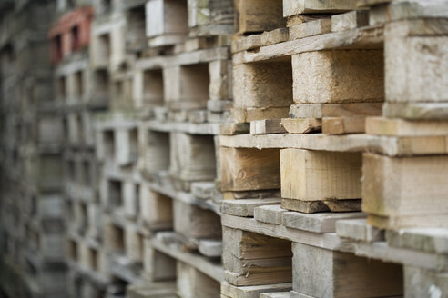 Stacked wooden crates - HKF00222