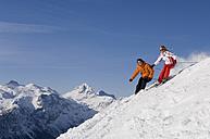 Austria, Salzburger Land, Altenmarkt- Zauchensee, Young couple skiing - HH02477