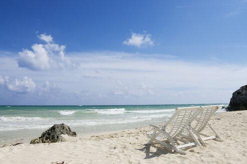 Mexiko, Yucatan, Empty deckchairs by the sea - GNF00988