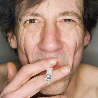 Man smoking, close-up, portrait - MUF00574