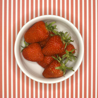 Fresh Strawberries in bowl, elevated view - MU00629
