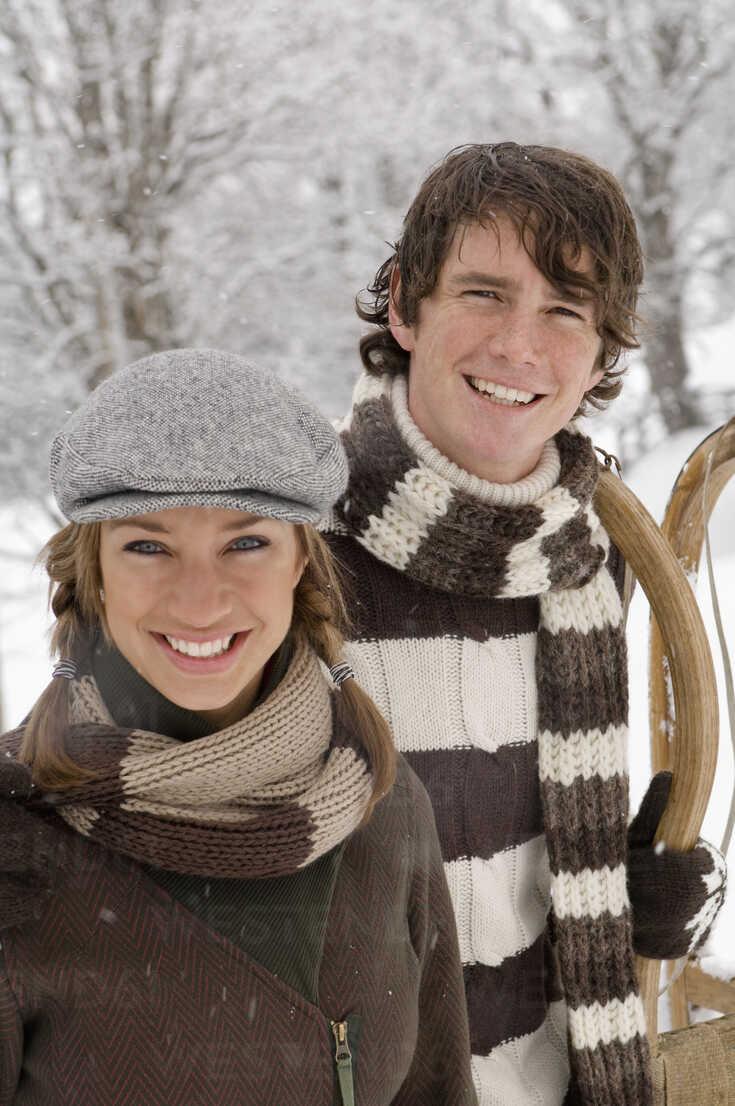 Austria, Salzburger Land, Altenmarkt, Young couple in winter clothes, smiling - HH02589 - Hans Huber/Westend61