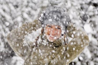 Austria, Salzburger Land, Altenmarkt, Snowfall, Young woman hands to head - HH02583