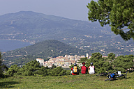 Italy, Tuscany, Capoliveri, Mountainbikers taking a break - DSF00161