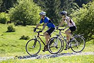 Germany, Bavaria, Couple mountainbiking - DSF00101