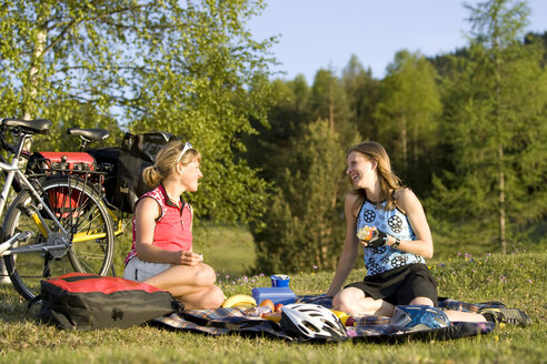 Germany, Bavaria, Mittenwald, Two women with mountain bikes having a picnic - DSF00050