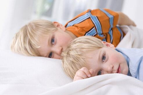 Boy (2-3 years) alongside boy (4-5) years, portrait - SMO00334