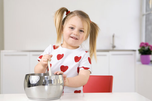 Little girl (3-4) playing with cooking pot and wooden spoon - SMO00211