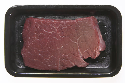 Raw steak in styrofoam box, elevated view - THF00889