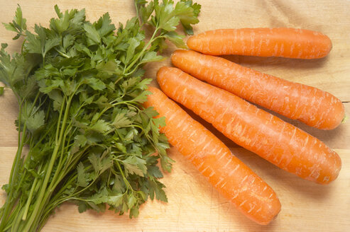 Carrots and parsley, elevated view - THF00880