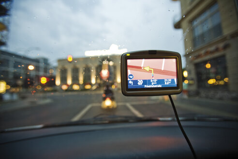 Germany, Berlin, Navigation system in car, Traffic seen through windscreen - 09437CS-U