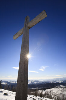 Germany, Bavarian Forest, Cross in winter landscape - FOF01190