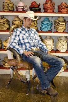USA, Texas, Dallas, Man buying cowboy hat - PK00239