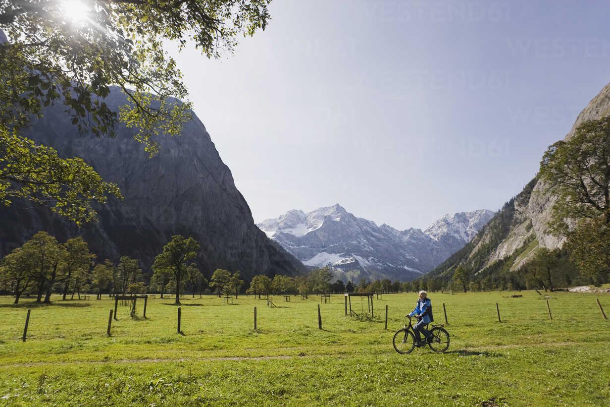 Austria, Karwendel, Senior woman biking - WESTF10525 - WESTEND61/Westend61
