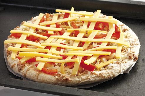 Raw Pizza on baking tray, close-up - 10063CS-U