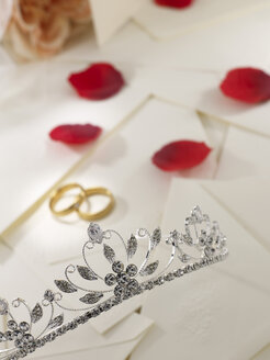 Wedding rings, crown, white lace and rose petals - AKF00060