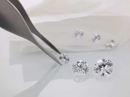 Tweezers and cut diamonds - AKF00048