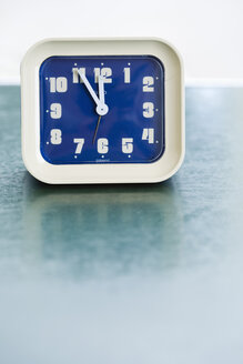 Alarm clock on table, close up - JR00077