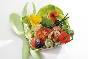 Mixed salad with edible flowers, elevated view - 10359CS-U