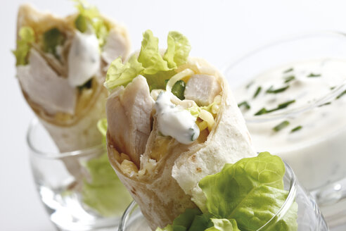 Chicken Wraps in glasses and Yoghurt dip in glass, close-up - 10730CS-U