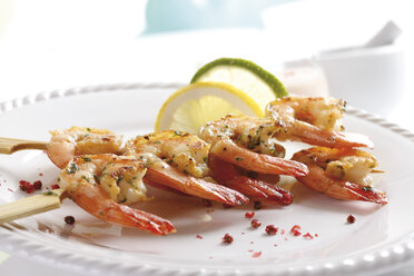 Skewered shrimps on plate, close-up - 10724CS-U