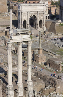 Italy, Rome, Temple of Castor and Pollux, Triumphal arch in background - PSF00102