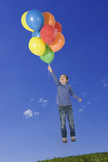 Girl (4-5) levitating, holding balloons - LDF00606