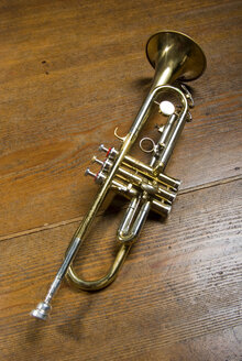 Trumpet on wooden floor, elevated view - MUF00833