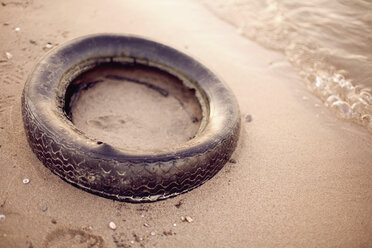 Germany, Old Tire on beach - MF00380
