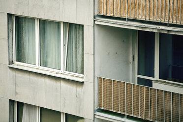 Germany, Düsseldorf, House facade with balcony, close-up - MF00377