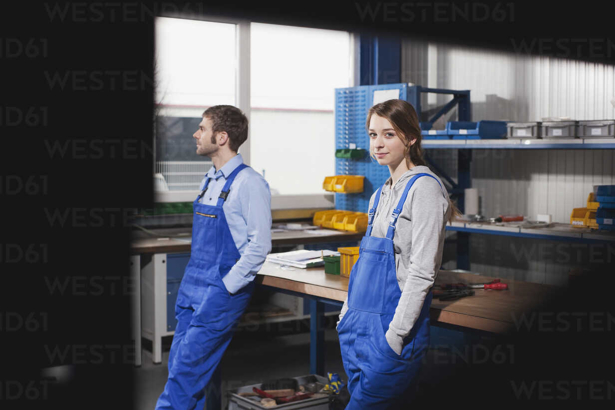 Germany, Neukirch, Young woman and foreman at workstation, having a break - WESTF11882 - Fotoagentur WESTEND61/Westend61