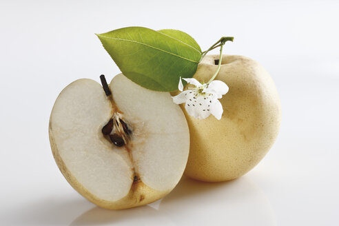 Nashi pear and sliced nashi pear with blossom, close-up - 11236CS-U