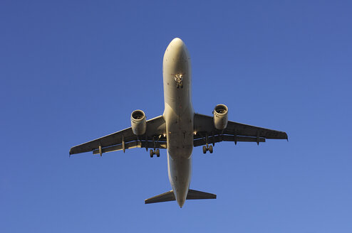 Canada, Toronto, Airplane, approach for landing, low angle view - RUEF00227