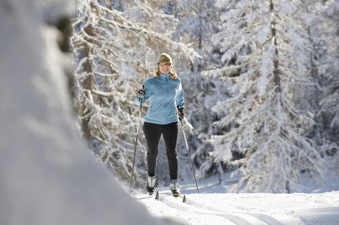 Austria, Tyrol, Seefeld, Woman cross country skiing - MIRF00013