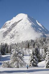 Austria, Tyrol, Seefeld, Wildmoosalm, Woman cross country skiing - MIRF00004