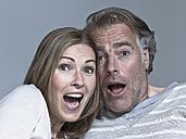 Couple looking surprised, portrait - WEST12307