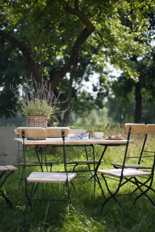 Germany, Hamburg, Empty chairs and table in garden - WESTF13050