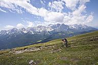 Italy, Dolomites, Mountainbiker, side view - FFF01078