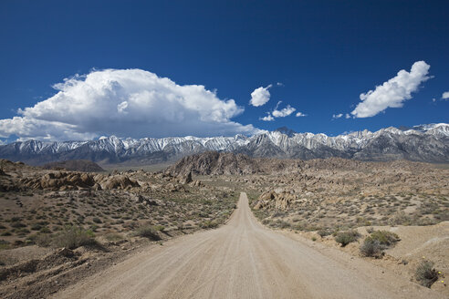 USA, California, Sierra Nevada, Flat Road, in background Mount Whitney - FOF01562