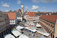 Germany, Bavaria, Memmingen, Farmer´s market  on Market place, elevated view - SHF00404