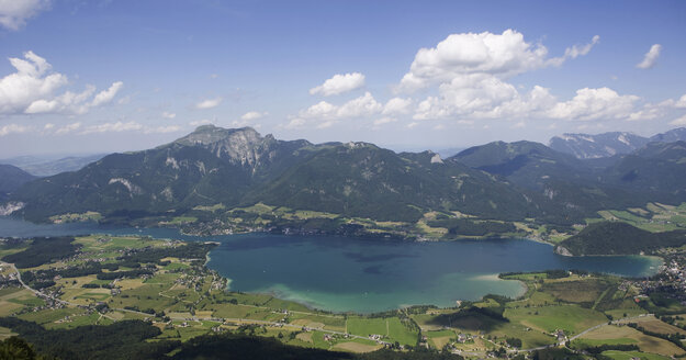 Austria, Salzkammergut, Lake Wolfgangsee, Mount Schafberg in background, elevated view - WWF01077