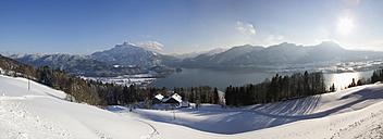 Austria, Salzkammergut, Lake Mondsee, Mount Schafberg in background - WWF01068